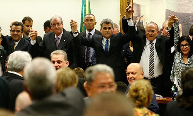 Aos gritos de 'Fora, PT', PMDB deixa governo em reunião de três minutos