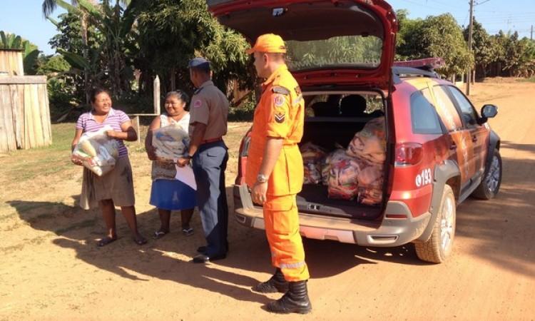 Bombeiros distribuem cestas básicas para famílias carentes em Guajará, RO