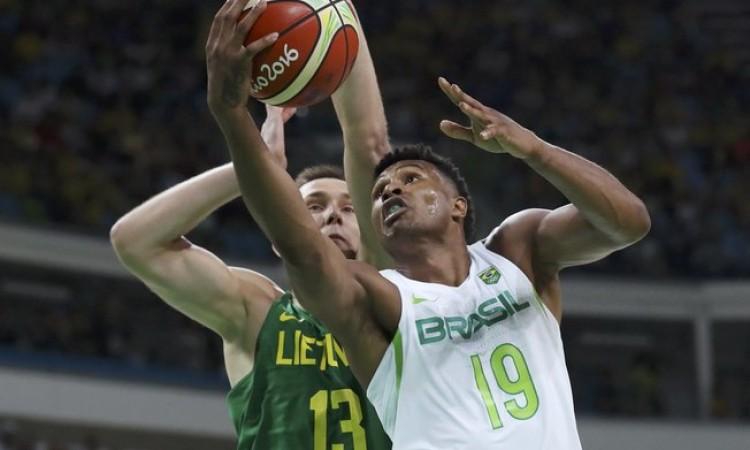 Brasil reage no fim, mas não evita derrota na estreia do basquete masculino