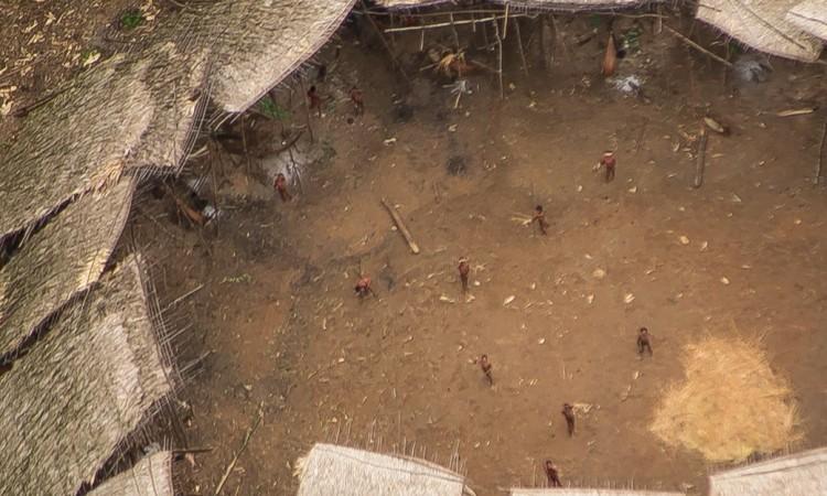 Imagens aéreas mostram tribo indígena isolada na Amazônia