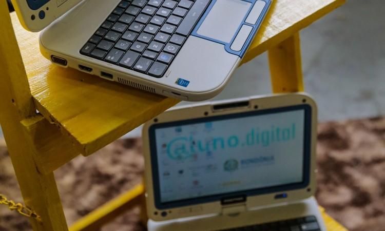 Alunos e professores recebem 230 equipamentos de informática em Pimenta Bueno