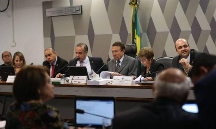 Em clima tenso, CCJ do Senado volta a discutir reforma trabalhista