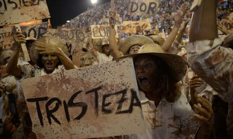 Cariocas organizam samba em protesto contra cortes no Carnaval