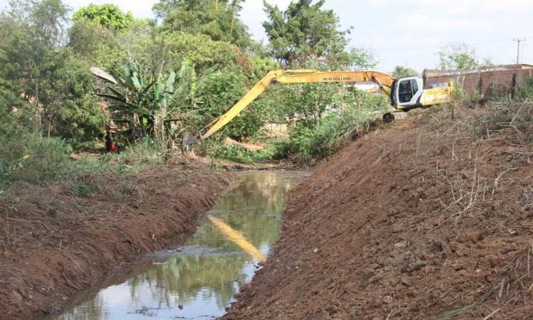 Secretaria de Obras realiza limpeza de canais na cidade