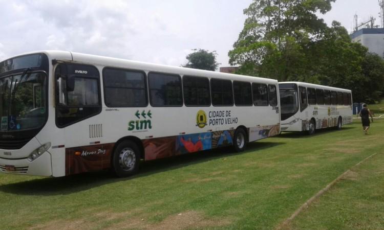 Ônibus circulam decorados com obras de artistas locais