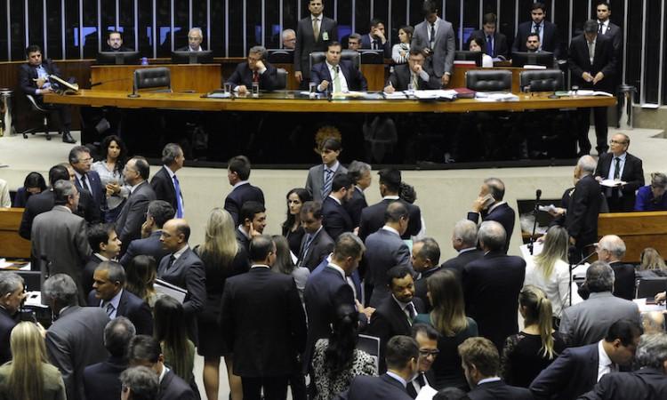 Câmara vota regra de financiamento durante madrugada para tentar aplicar em 2018