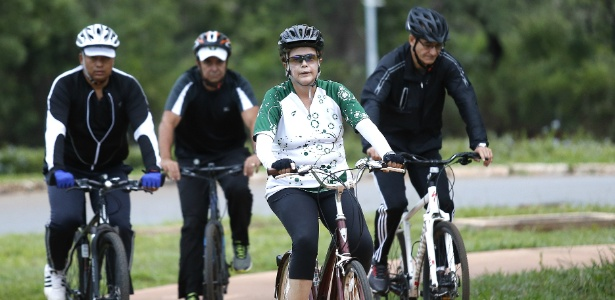 Dilma-anda-de-bicicleta-nos-arredores-do-palacio-da-alvorada-acompanhada-do-general-amaro-de-um-personal-trainer-e-de-um-seguranca.jpg