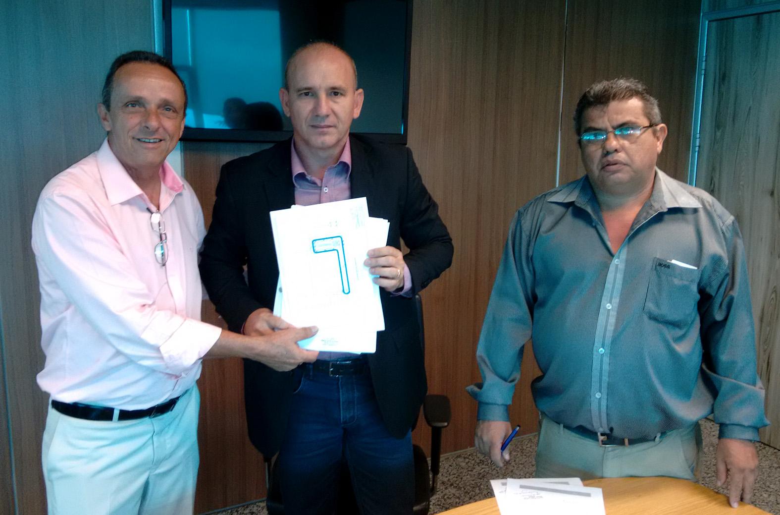 Deputado-Lazinho-recebe-garantia-para-reforma-do-gin_sio-de-Jaru-Foto-Assessoria.jpg