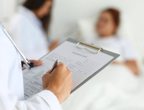 medico-preenche-ficha-de-paciente-1457455845998_615x470.jpg