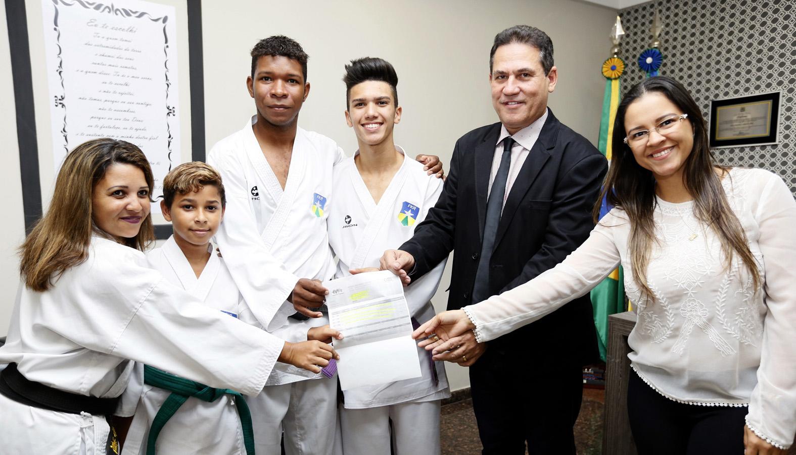 maurao-entrega-passagens-de-atletas-do-karate-que-vao-competir-em-sao-paulo.jpg