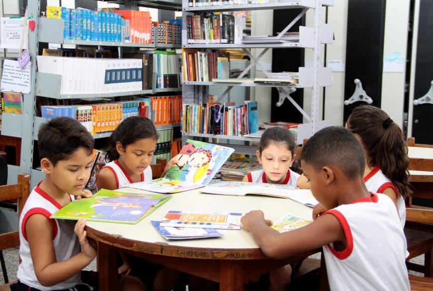 Biblioteca-leitura-alunos_Colégio-Tiradentes_15.09.16_Foto_Daiane-Mendonça-9-870x585.jpg