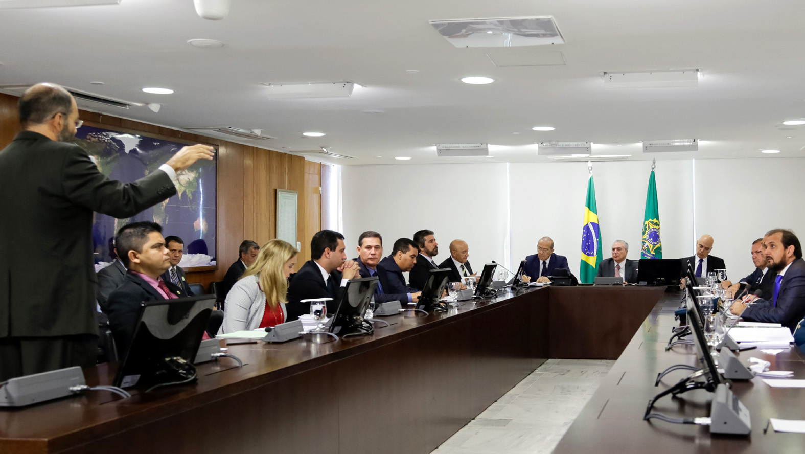 deputados-estaduais-acompanham-reuniao-sobre-regularizacao-fundiaria-com-temer.jpg