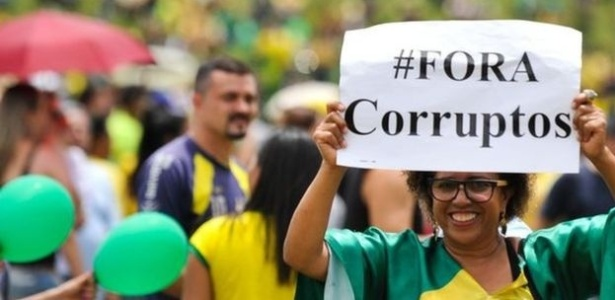 protestos-de-rua-eclodiram-em-varias-cidades-brasileiras-ano-passado-contra-a-corrupcao-e-pelo-impeachment-de-dilma-rousseff-1492289738649_615x300.jpg