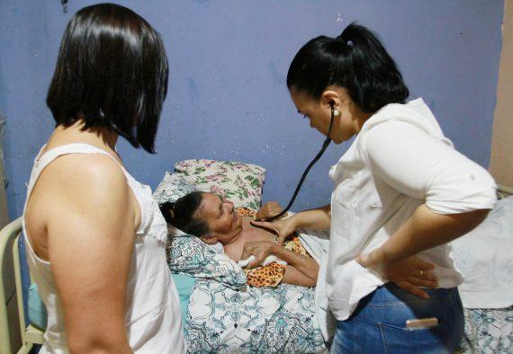 Paciente.Beatriz-Lima-e-a-Medica-Elza-Gabriela-Pereira-foto-Esio-Mendes-4-570x394.jpg