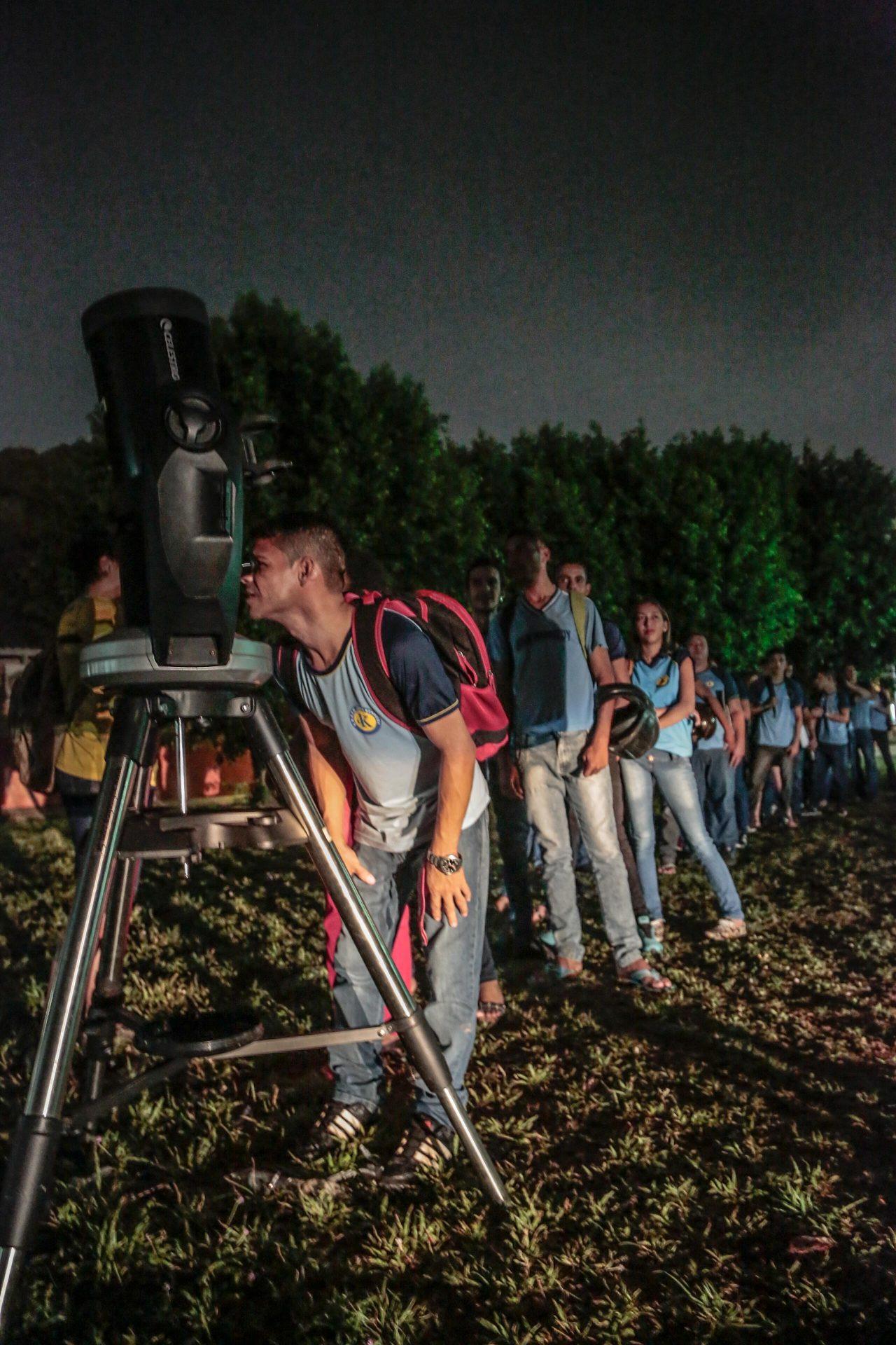 Professor-de-física-leva-telescópios-para-aula-prática-de-astronomia-na-Escola-John-Kennedy-30-08-17-7.jpg